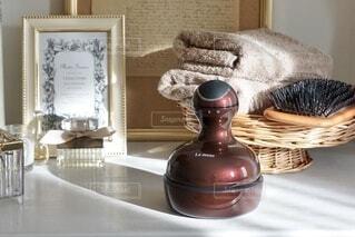 テーブルの上に座っている花瓶の写真・画像素材[3616849]