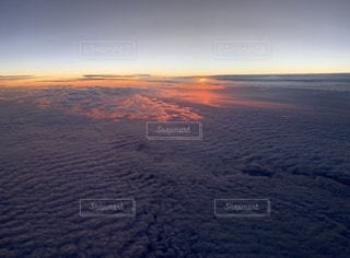 水の体に沈む夕日の写真・画像素材[3396735]