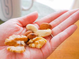 女性,食べ物,手,手持ち,おやつ,人物,ナッツ,マグカップ,くるみ,食品,健康,おいしい,ポートレート,ライフスタイル,手元,カシューナッツ,アーモンド