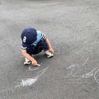 屋外,ペン,地面,チョーク,幼児,少年,男の子,2歳,紙,おえかき,いたずら,おうち時間