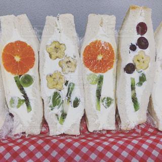 食卓の上の食べ物の写真・画像素材[3158197]