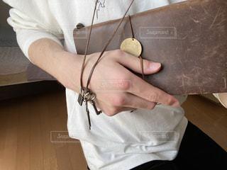 手帳とネックレスの写真・画像素材[3156965]