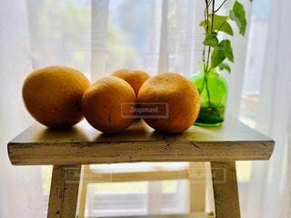 窓際のオレンジたちの写真・画像素材[3164346]