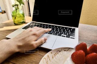 ケーキとコンピュータの写真・画像素材[3283769]