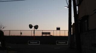 初日の出を見にベンチや鏡の佇む河原道への写真・画像素材[4084756]