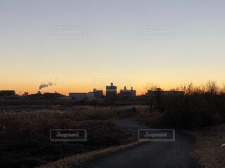 河原から見渡した新年の夜明け前の空の写真・画像素材[4084758]