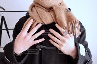 マフラーに両手をかけている人の写真・画像素材[4094935]