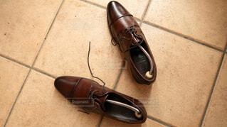 シューキーパーを入れられた革靴が置かれた玄関の写真・画像素材[4223911]
