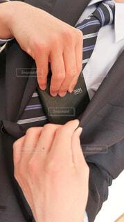黒いスーツの内ポケットから2021年用の手帳を取り出す男性向けの写真・画像素材[4223915]