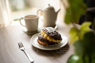 テーブルの上のカスタードたっぷりのチョコレートパンと紅茶の写真・画像素材[4382598]