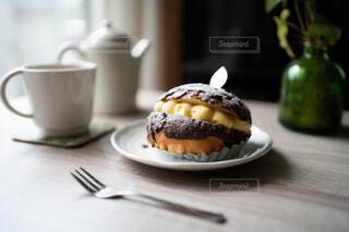 窓から差し込む光を浴びたチョコレートの菓子パンの写真・画像素材[4382604]
