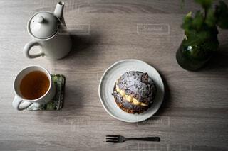 魔上から見た紅茶とチョコレートの菓子パンと植物の写真・画像素材[4382606]