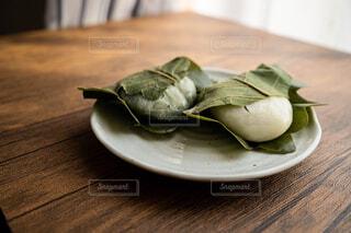 日の光を浴びたテーブルの上の柏餅の写真・画像素材[4382710]