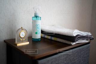 インテリア,屋内,時計,白い,香水,壁,ボトル,家具,タオル,コーディネート,収納,清涼感,石鹸,黒い,衣類,タンス,清潔感,置き時計,いい香り,石鹸の香り,ファブリーズ,洗顔タオル