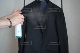 男性,風景,コート,手,腕,香水,人物,壁,人,ブレスレット,立つ,服,シャツ,ポーズ,スプレー,ジャケット,清涼感,ネクタイ,首輪,石鹸,スーツ,清潔感,ブレザー,いい香り,消臭,石鹸の香り,ファブリーズ,着衣,アウターウエア
