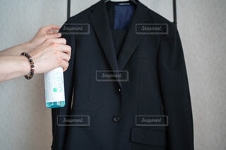 男性,風景,コート,手,腕,香水,人物,壁,人,ブレスレット,立つ,服,シャツ,ポーズ,スプレー,ジャケット,清涼感,ネクタイ,首輪,石鹸,スーツ,清潔感,ブレザー,いい香り,紳士,消臭,持株,ドレスシャツ,石鹸の香り,ファブリーズ,着衣,アウターウエア,フォーマルウェア