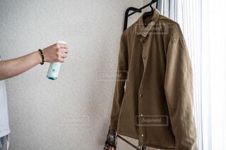 ファッション,風景,アクセサリー,コート,香水,人物,壁,人,服,シャツ,ジャケット,清涼感,荷物,首輪,石鹸,清潔感,ハンドバッグ,アウター,スリーブ,消臭,ポケット,石鹸の香り,ファブリーズ,着衣,アウターウエア
