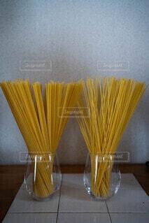 レトロなキッチンにスパゲッティの麺の写真・画像素材[4821854]