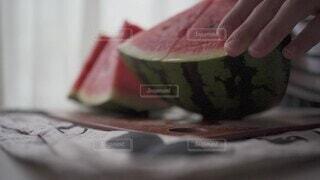 スイカを切る手元の写真・画像素材[4720549]