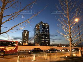 空,建物,屋外,雲,車,タワー,樹木,都会,高層ビル,バス