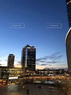 空,建物,夜,屋外,タワー,都会,高層ビル,夕暮れ時,都市の景観