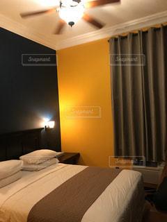 ホテルの部屋にベッド付きのベッドルームの写真・画像素材[3201903]