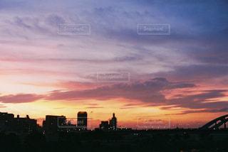 日没時の都市の眺めの写真・画像素材[3171910]