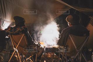 暖をとる男女の写真・画像素材[3151750]