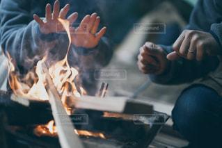 焚き火を囲む手の写真・画像素材[3151749]
