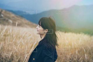 草原に立つ女性の写真・画像素材[3151756]