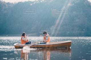 ボートを漕ぐカップルの写真・画像素材[3156977]
