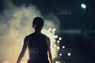 吹き出し花火を眺める女性の写真・画像素材[3619460]