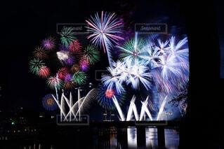 咲き乱れる打ち上げ花火の写真・画像素材[3619502]