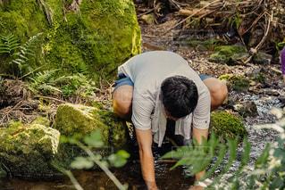 山の湧き水で一休みの写真・画像素材[3642462]