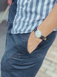 腕時計が映えるファッションの写真・画像素材[3783898]