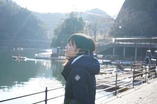 湖のほとりに立つ女性の写真・画像素材[3961758]