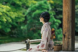 縁側に腰掛ける女性の写真・画像素材[4415360]
