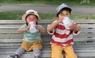 子ども,飲み物,公園,水,帽子,ベンチ,女の子,休憩,座る,幼児,男の子,兄弟,飲料,水分補給,飲む,水筒