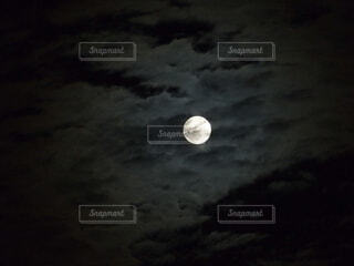 雲間の月の写真・画像素材[3962499]