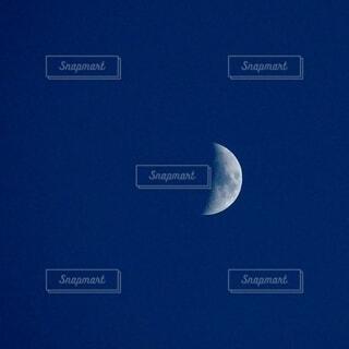 孤独な月の写真・画像素材[4834775]