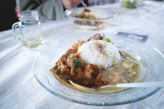 食べ物,おうちごはん,テーブル,皿,カレー,テイクアウト,あいがけ,おうちランチ,ガラスのお皿