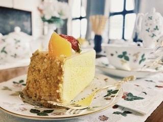 皿の上のケーキの写真・画像素材[3473697]
