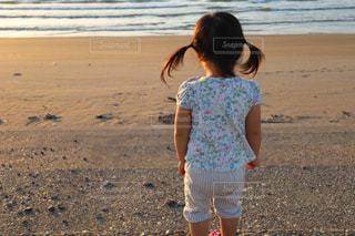 子ども,自然,風景,海,夏,屋外,砂,ビーチ,砂浜,水面,少女,人,幼児,若い