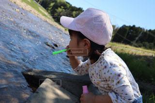 子ども,自然,風景,空,夏,橋,屋外,帽子,川,水面,少女,シャボン玉,樹木,人,幼児,草木