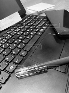 テーブルの上のパソコンのクローズアップの写真・画像素材[3225684]