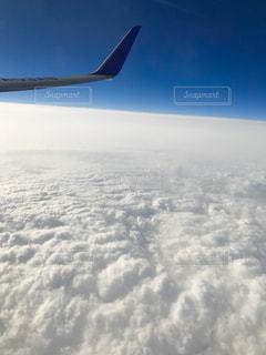 雲の上の飛行機の写真・画像素材[3240949]
