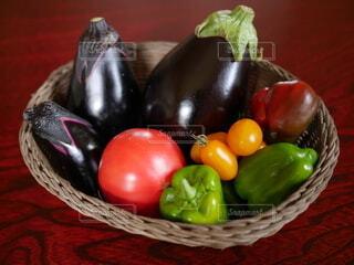 食べ物,田舎,トマト,野菜,食品,ピーマン,緑黄色野菜,家庭菜園,食材,茄子,夏野菜,フレッシュ,ベジタブル,とりたて,盛籠