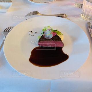 食べ物,テーブル,皿,食器,料理,ステーキ