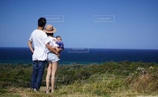 家族,海,空,夏,絶景,ファミリー,青,後ろ姿,丘,幸せ,オーストラリア,ハイキング,海外旅行,海外ビーチ,家族旅行,丘の上,夏服