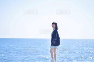 海と妹の写真・画像素材[3157788]